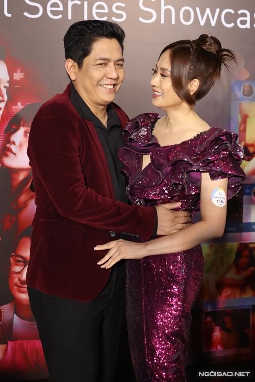 Diễn viên - nhà sản xuất Thanh Thúy tình tứ với ông xã - đạo diễn Đức Thịnh trong buổi họp báo.