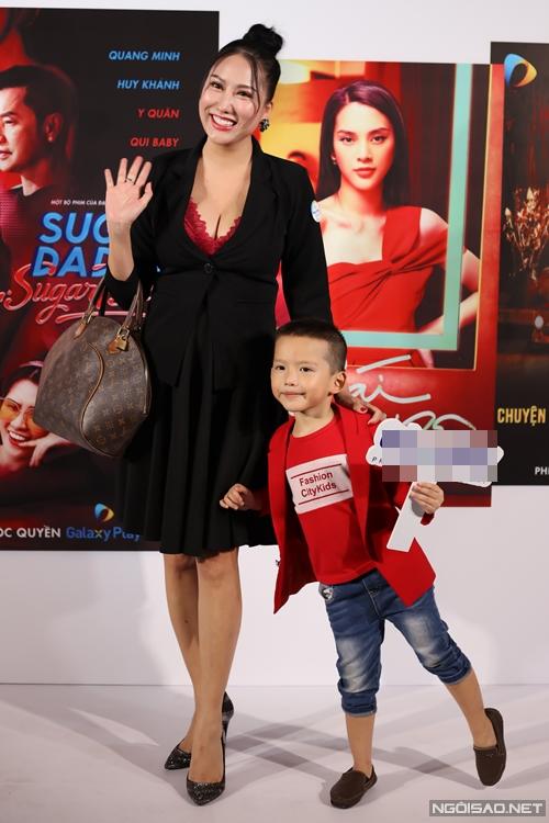 Chiều 16/12, diễn viên Phi Thanh Vân cùng con trai dự họp báo công bố loạt phim dài tập độc quyền của nền tảng phim trực tuyến Galaxy Play.