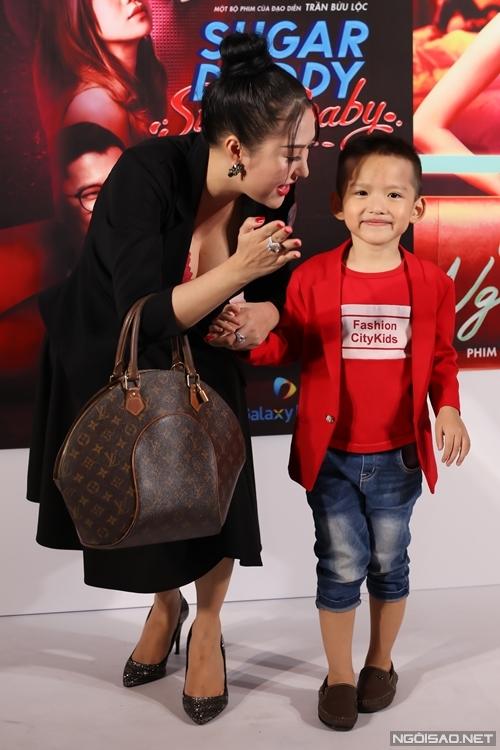 Phi Thanh Vân nựng con trai ở sự kiện.