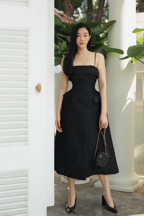 Mai Thanh Hà phối phụ kiện Chanel đồng điệu.