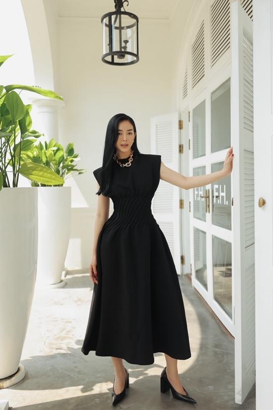 Nữ diễn viên trông thành lịch nhờ váy phom dáng chữ A quen thuộc, nhấn nhá bằng chi tiết xếp nếp ở eo.