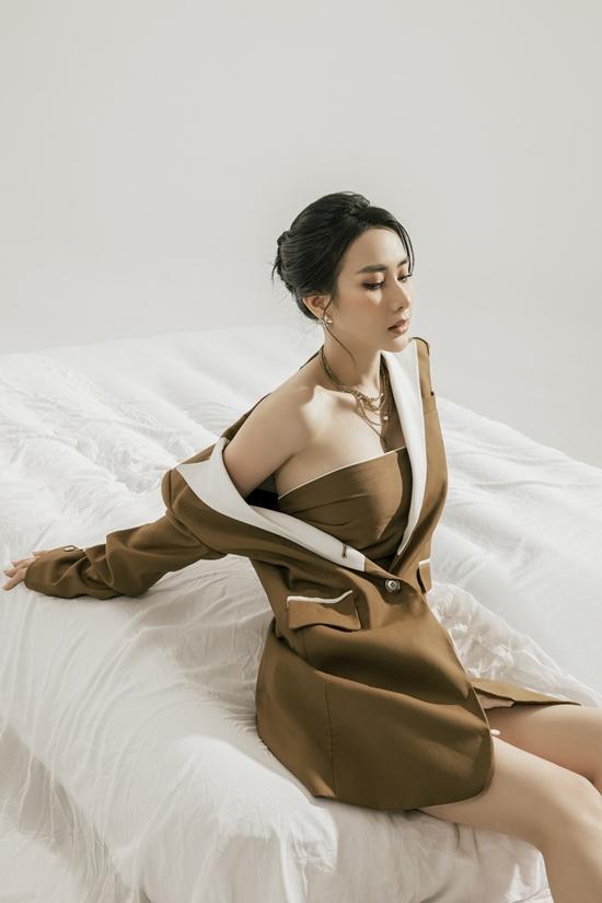 Song để phần cổ bớt trống trải, nữ ca sĩ chọn vòng cổ.