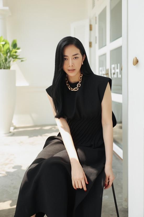 Với trang phục màu đen, các cô gái cần chú ý tạo điểm nhấn như trang sức kim loại giống Mai Thanh Hà.