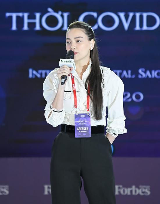 Hồ Ngọc Hà diễn giả về chủ đề Xây dựng thương hiệu cá nhân tại sự kiện của tạp chí Forbes trưa 17-12