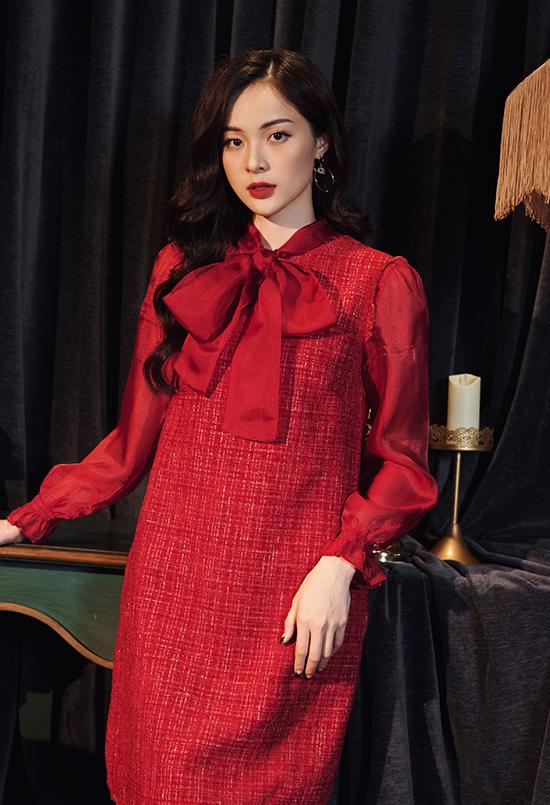 Hạ Vi đặc biệt chuộng hai màu đen và đỏ đun bởi sự sang trọng và không bao giờ lỗi mốt trong vòng xoáy của các xu hướng thời trang. Mùa đông, những chất liệu giữ ấm như tweed hay nhung được cô yêu thích hơn cả.