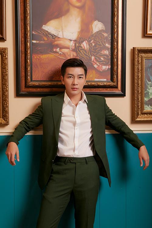 Suit xanh rêu kết hợp cùng sơ mi trắng vừa tôn nét bảnh bao vừa mang lại sự trang nhã cho Nam Hee.