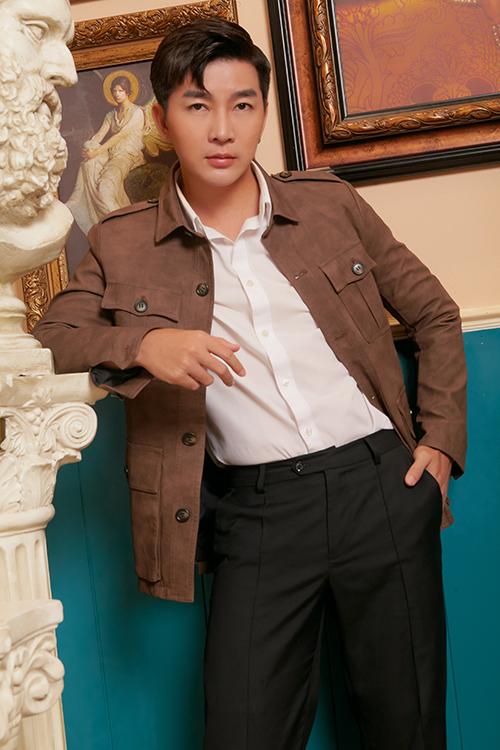 Ngoài suit ảnh hưởng phong cách của các thần tượng Hàn Quốc, Nam Hee còn chọn thêm các mẫu jacket hợp mốt để mix cùng sơ mi và quần âu.