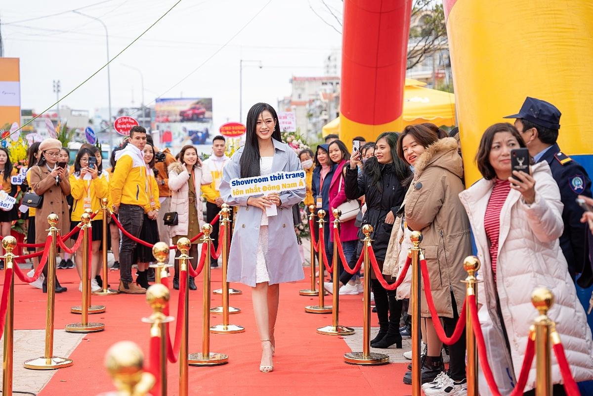 Bất chấp thời tiết lạnh giá, buổi lễ khai trương của thương hiệu thời trang YODY thu hút đông đảo người tiêu dùng, đặc biệt là các bạn trẻ bởi sự xuất hiện của Hoa hậu Việt Nam 2020 - Đỗ Thị Hà. Cô xuất hiện với trang phục thanh lịch, nhẹ nhàng với hai gam màu nhã nhặn - xanh, trắng.