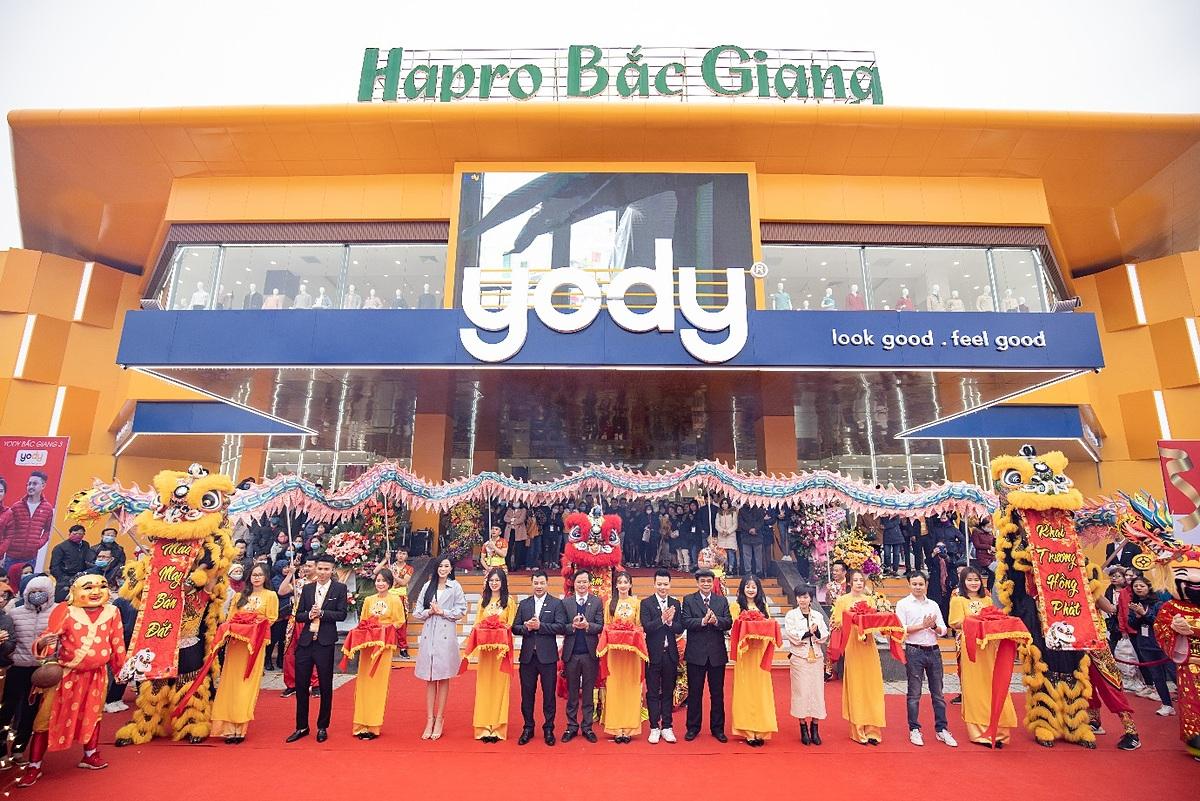 Hoa hậu cắt băng khánh thành showroom thời trang lớn của YODY - quy mô lớn đến 4600 m2, nằm cạnh quảng trường trung tâm thành phố.