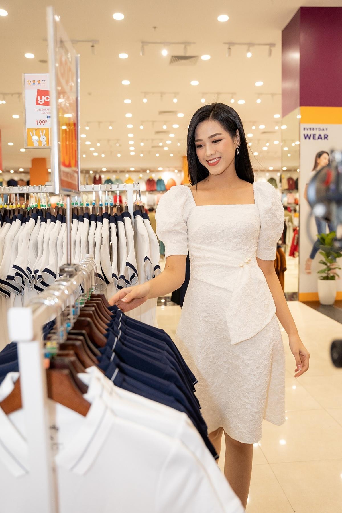 Hoa hậu Đỗ Thị Hà cho biết, cô rất ấn tượng với sự thân thiện, nhiệt tình của nhân viên bán hàng cùng không gian mưa sắm rộng lớn, cách bài trí bài bản, đẹp mắt của từng gian hàng.
