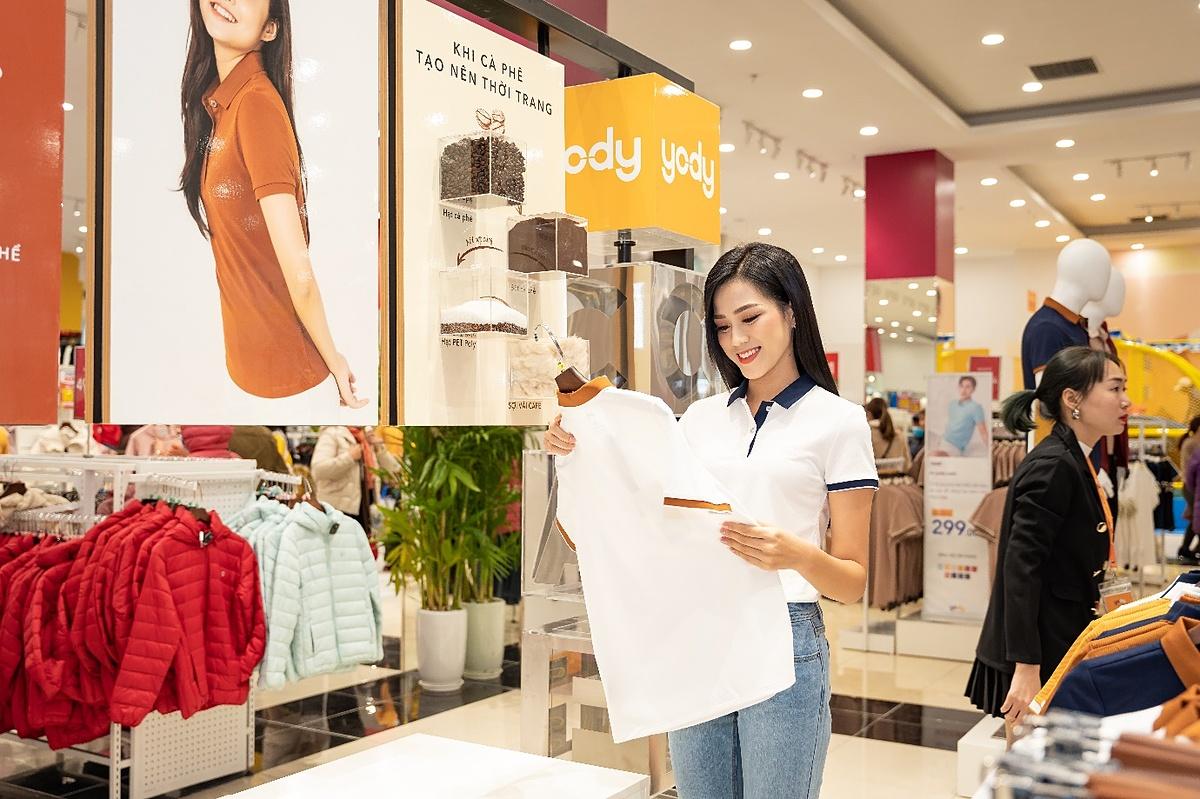 Ngoài những lúc xuất hiện tại các sự kiện lớn, Đỗ Thị Hà vẫn ưu tiên trang phục năng động, thoải mái như áo thun, quấn jeans phù hợp với hình ảnh một cô sinh viên.