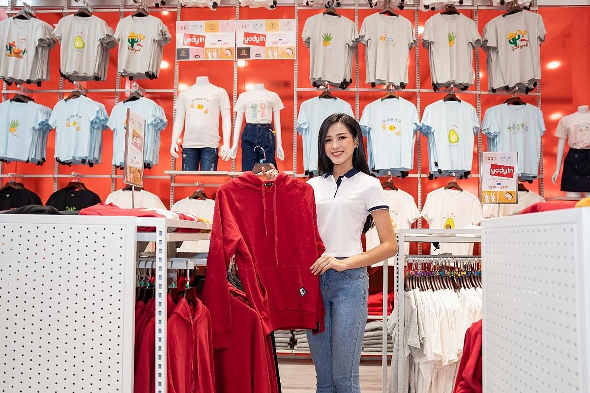 Nàng hậu chia sẻ: Showroom có đầy đủ tất cả các sản phẩm thời trang cho mọi đổ tuổi, đối tượng khách hàng. Showroom YODY Bắc Giang sẽ mang tới cho người dùng nhiều tiện ích bởi giá thành phải chăng, sản phẩm thoải mái, phù hợp với nhiều hoạt động hàng ngày.