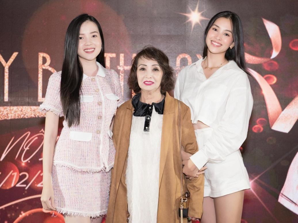 Hoa hậu VN 2018 Tiểu Vy (phải) chọn trang phục giản dị, tôn vóc dáng. Cô chụp ảnh cùng bà Hồng Sương (chủ nhân buổi tiệc) cùng Hoa khôi Du lịch Cần Thơ - Huỳnh Thuý Vi.