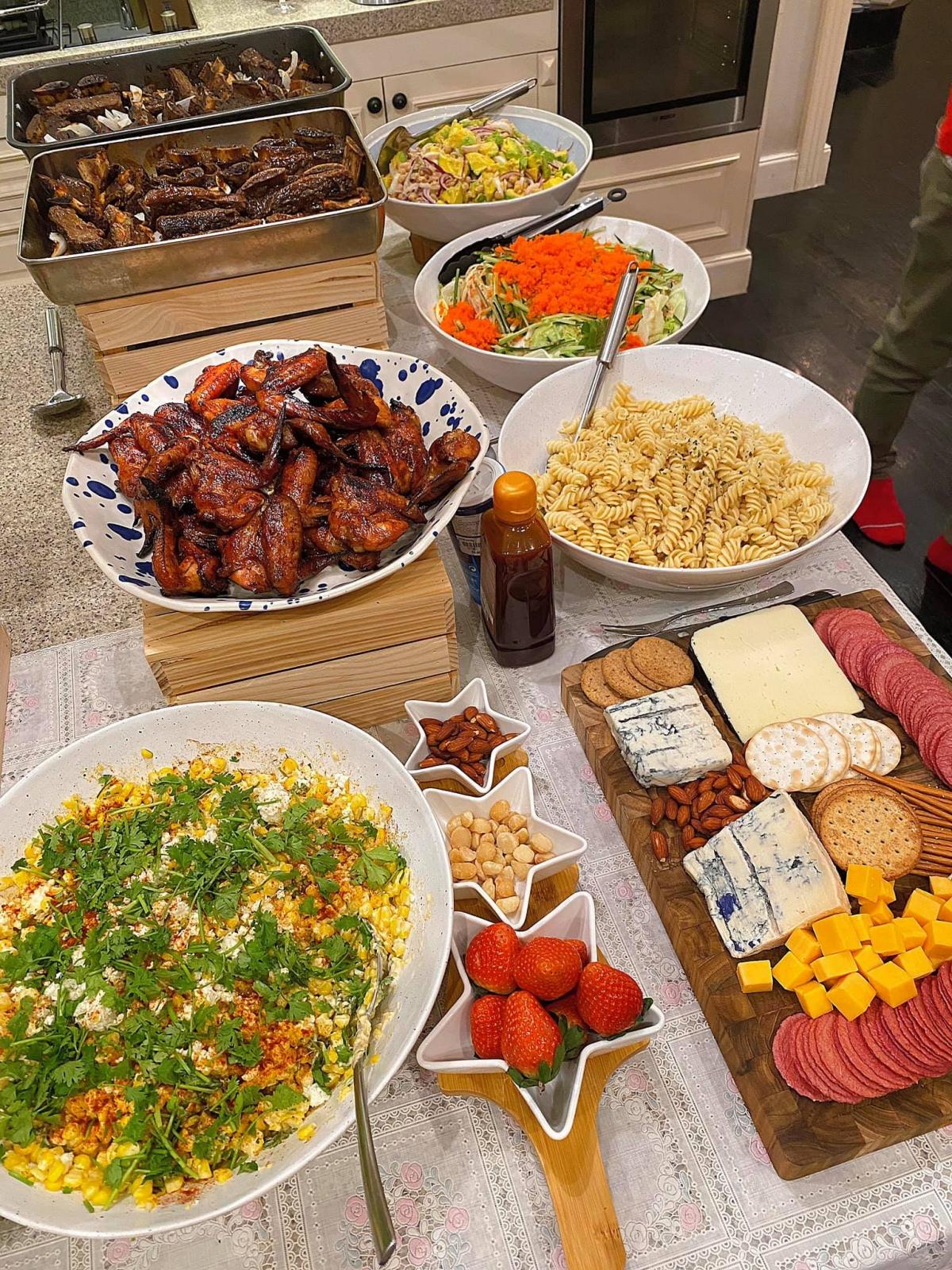 Vợ doanh nhân Louis Nguyễn chọn hai món thịt chính là gà và sườn nướng, ít mỡ, lại dễ ăn. Cánh gà ướp sốt bbq thấm vị, lớp da ươm mỡ trông hấp dẫn. Đối với món sườn, Hà Tăng dùng loại còn nguyên miếng xương, nhiều thịt, ướp rồi sau đó nướng bằng lò.