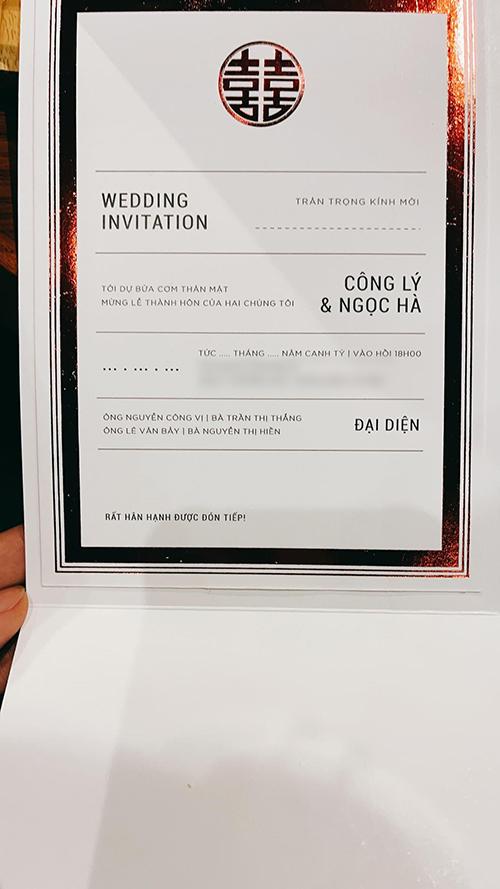 Theo đó, hôn lễ được cử hành lúc 18h ngày 2/1/2021 tại một khách sạn hạng sang ở Hà Nội. Mặt trong thiệp không dùng hoạ tiết cầu kỳ làm điểm nhấn mà chỉ có chữ hỉ đỏ và viền thiệp để làm hoạ tiết trang trí.