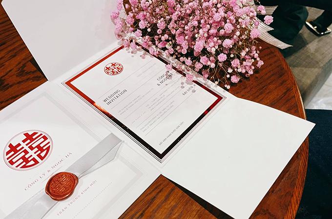 Thiệp được gấp làm ba và khi mở ra bên trong sẽ là thông tin về lễ cưới.