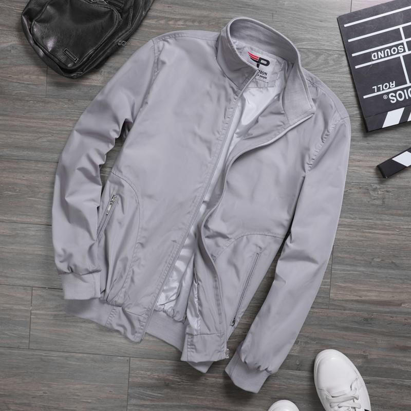 Áo khoác Pigofashion AKD37may từ vải dù chống thấm nước, có thể mặc khi trời mưa phùn. Lớp vải dù lót bên trong mau thoát mồ hôi, khô thoáng khi mặc. Đường khóa kéo và túi hai bên kèm lớp phản quang giúp người mặc an toàn hơn khi di chuyển ban đêm. Thiết kế phối bo tay và đáy áo giúp tránh gió. Mẫu sản phẩm có ba màu xanh đen, đen, xám với các size M cho người từ 45 đến 54 kg, L: 55 - 64 kg, XL: 65 - 72 kg, XXL: 73 - 77 kg. Sản phẩm đang bán ưu đãi 49% còn 338.000 đồng.