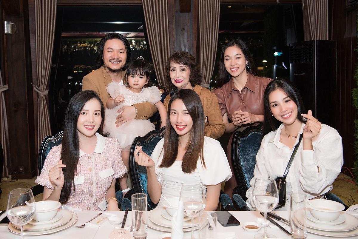 Bà Hồng Sương là mẹ ruột của đạo diễn Hoàng Nhật Nam - tổng đạo diễn Hoa hậu Việt Nam 2014-2020, Hoa hậu Thế giới VN 2019 và nhiều chương trình lớn khác. Vợ của anh - Phạm Kim Dung (hàng trên, phải) cũng là Phó ban tổ chức Hoa hậu Việt Nam nhiều mùa qua.