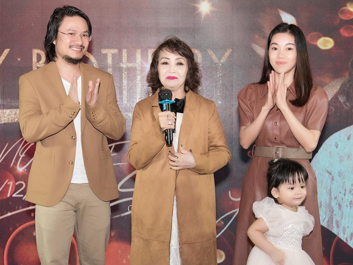 Bận rộn với lịch trình công việc dày đặc, vợ chồng đạo diễn Hoàng Nhật Nam luôn dành thời gian tuyệt đối cho gia đình. Mỗi năm vào ngày sinh nhật của mẹ, anh cố gắng tổ chức một buổi tiệc ấm cúng