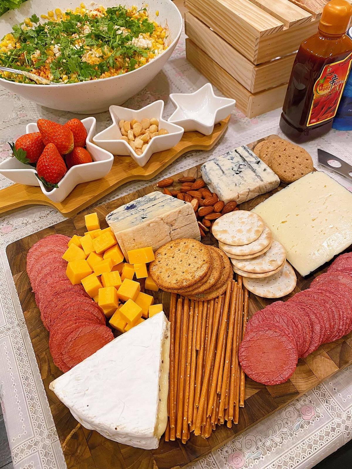 Bên cạnh đó, đĩa phô mai tổng hợp là một trong những món đãi khách đơn giản, đẹp mắt và được yêu thích trong các bữa tiệc nhẹ của người phương Tây. Hơn nữa, phô mai bào kết hợp với pasta tỏi trở thành bộ đôi lý tưởng, dễ dàng chinh phục thực khách khó tính.