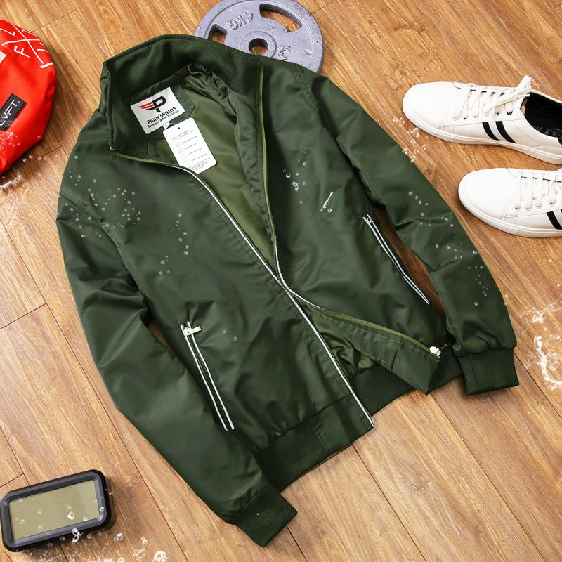 Áo khoác Pigofashion AKD36may bằng vải dù chống thấm nước. Vải lót bên trong cũng bằng dù, mau thoát mồ hôi, thoáng khí. Đường khóa kéo áo và túi hai bên được gắn lớp phản quang. Dáng áo đứng, thiết kế cổ đứng, tay áo và đáy áo được phối bo bằng chất thun giúp kín gió. Sản phẩm có các màu đen, xanh đen, xanh rêu, các size L (dành cho người 55 - 64 kg), XL (65 - 72 kg), XXL (73 - 80 kg), đang đươc bán với giá ưu đãi 50% là 329.000 đồng.
