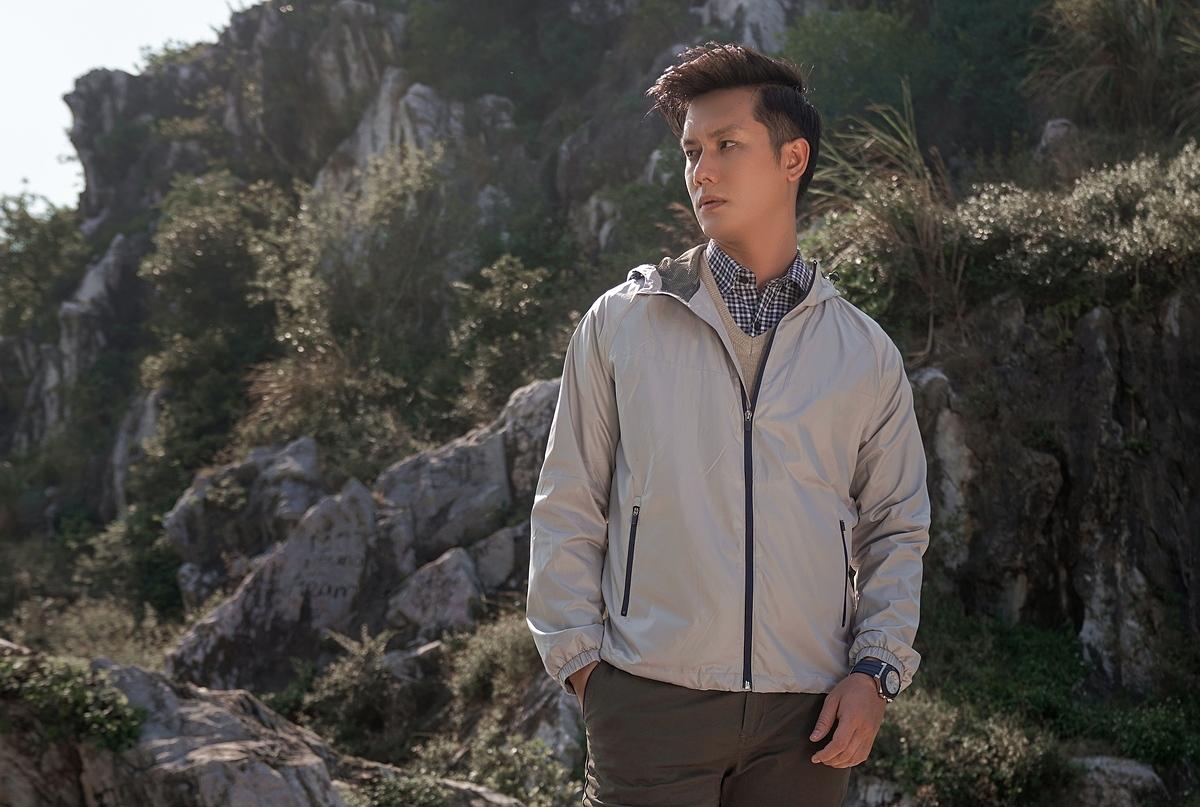 Áo khoác WAJK1911Mcủa thương hiệu DGC thuộc Tổng công ty Đức Giang được may hai lớp vải dù và bông jac-nano màu ghi xám. Áo kéo khóa, có mũ, hai túi hai bên cũng có khóa, tay dài bo gấu. Sản phẩm có các size M, L, XL ,XXL, đang bán với giá ưu đãi 40% là 399.000 đồng.