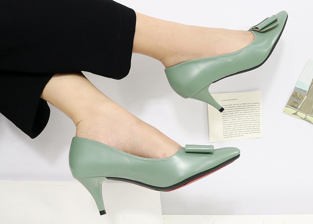 Giày nữ Erosska EP013bít mũi phối nơ, may từ da PU và chất liệu lót mềm mại. Đế cao su TPR bám dính và êm. Gót nhọn cao 5 cm. Sản phẩm có đủ các size từ 35 đến 39, ba màu đen, xanh rêu, da, cuối tuần giảm giá 50% còn 199.000 đồng.