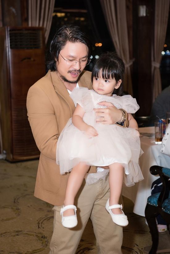 Đạo diễn Hoàng Nhật Nam chăm sóc con gái Annie. Cô bé được nhận xét thừa hưởng nhiều nét giống bố.