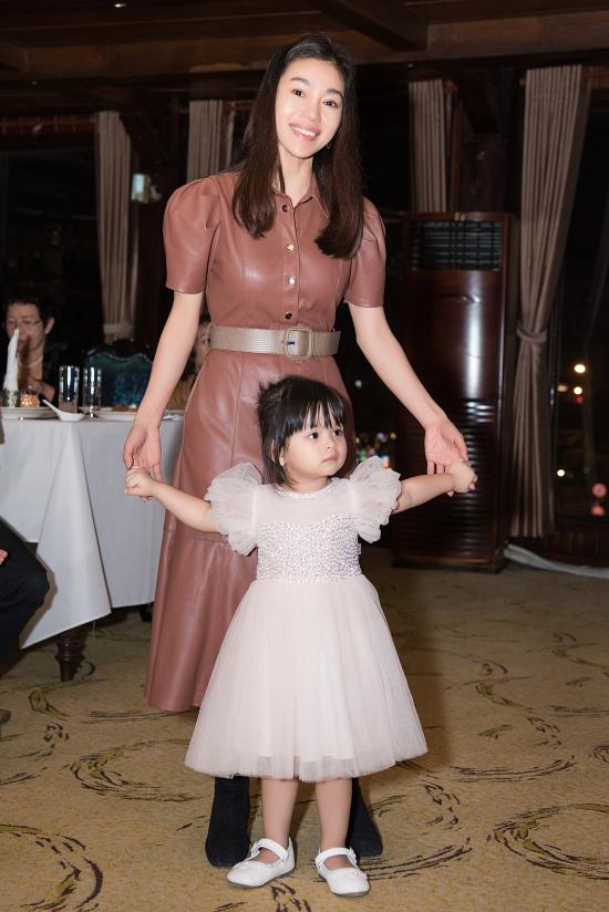 Annie diện bộ váy xinh xắn như công chúa, vui đùa bên mẹ.