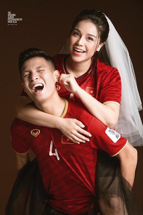 Một tấm ảnh nhí nhố của cặp vợ chồng trong album pre-wedding. Cả hai chọn concept ảnh liên quan tới bóng đá, thể hiện sự cổ vũ của Khánh Linh với công việc của chồng.