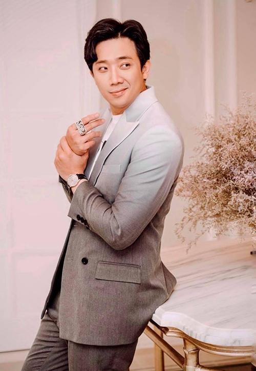 Ngoài các mẫu áo khoác dễ mix-match cùng nhiều trang phục, Trấn Thành còn sử dụng thêm nhiều mẫu suit hiện đại tôn nét trẻ trung.