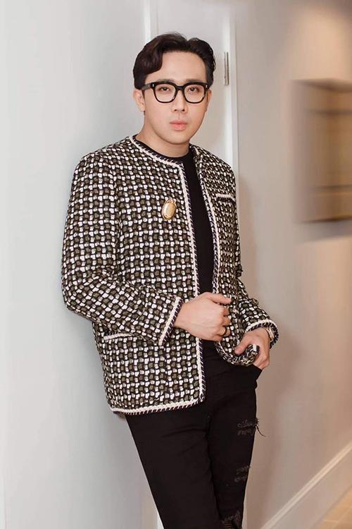 Từ đầu mùa thời trang thu đông 2020, ông xã của Hari Won nhanh chóng cập nhật mốt áo khoác vải tweed. Đây là một trong những xu hướng nổi bật ở mùa lạnh năm nay.