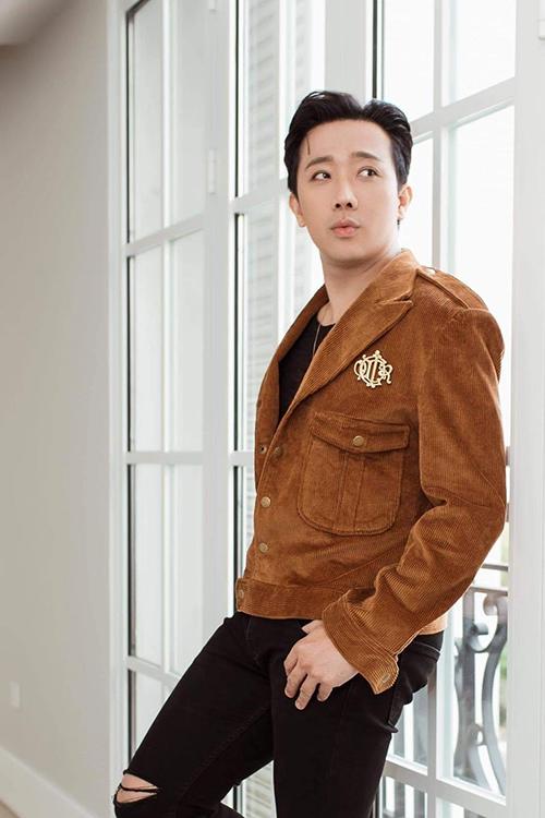 Áo khoác nhung tông màu ấm áp có thể mix cùng nguyên cây đen mang lại sự chỉn chủ và không kém phần cá tính cho người mặc.
