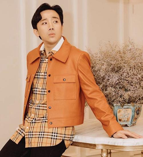 Song song với trend diện áo khoác vải dệt thô, các mẫu jacket dáng lửng đúng trend 2020 cũng được Trấn Thành yêu thích.