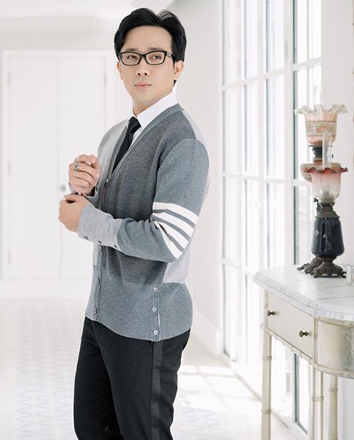 Với những chàng công sở yêu phong cách cổ điển thì áo cardigan tông ghi xám mix với bộ sơ mi, quần âu dễ dáng tôn nét thanh lịch.