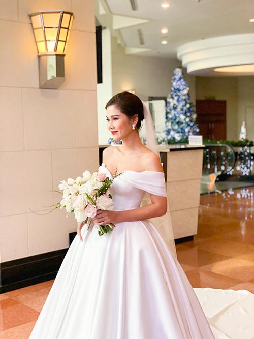 Do Thu Hoài yêu thích phong cách tối giản nên tất cả chi tiết váy đều được đưa về phom dáng cơ bản nhất, giúp tôn nét đẹp thanh tú của cô dâu.