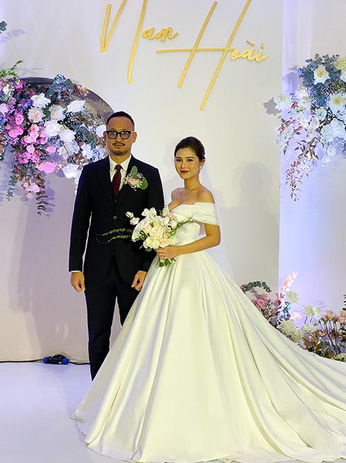 Ngày 1712, diễn viên kiêm MC Thu Hoài đã tổ chức lễ cưới với bạn trai CEO ở Hà Nội. Trong hôn lễ, cô dâu diện hai váy cưới đều theo phong cách tối giản đến từ một thương hiệu thời trang trong nước.
