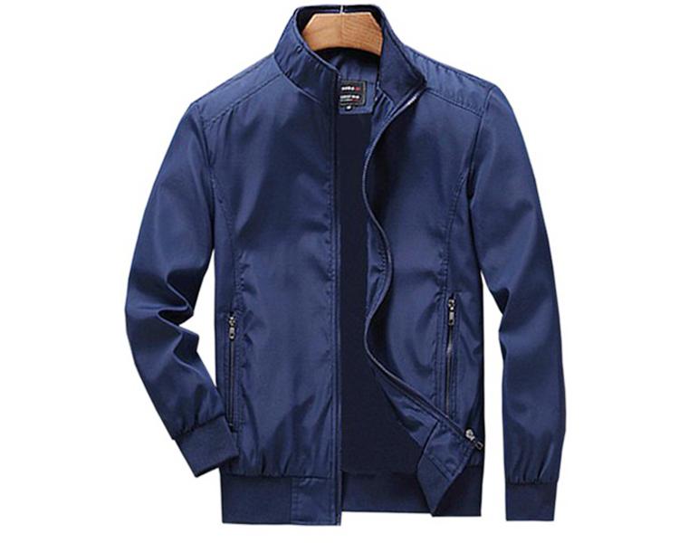 Áo khoác nam Dokafashion DNHE02được may từ vải dù cán 2 lớp mềm, nhẹ, bền, không phai màu, dùng che gió, chống nắng. Form áo đứng, có dây kéo. Hai túi 2 bên có khóa kéo, ngoài ra còn có một túi mổ bên trong áo. Mẫu sản phẩm có hai màu đen và xanh đen, có 6 size. M phù hợp với người 50 - 55 kg; L: 56 - 65 kg ; XL: 66 - 75 kg; 2XL: 76 - 80 kg; 3Xl: 80 - 100 kg; 4XL cho người trên 120 kg. Sản phẩm đang ưu đãi 9%, còn 199.000 đồng.