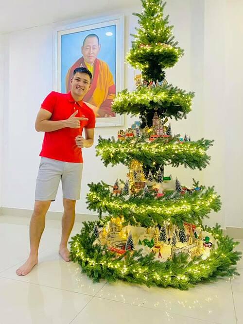 Cầu thủ Công Vinh khoe cây thông Noel của gia đình và gửi lời chúc Giáng sinh an lành đến tất cả mọi người.