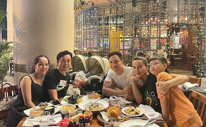 Vợ chồng Dương Khắc Linh - Sara Lưu bồng bế con đi ăn cùng gia đình Hồ Ngọc Hà - Kim Lý.