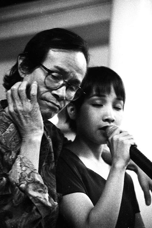 Ca sĩ Mỹ Linh chia sẻ lại bức ảnh năm 18 tuổi bên cố nhạc sĩ Trịnh Công Sơn.