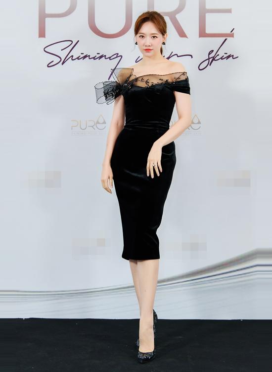 Tham dự buổi họp báo chiều 19/12, ca sĩ Hari Won khắc họa hình ảnh quý cô thanh lịch, kiêu kỳ trong bộ đầm đen trễ vai nhấn nhá nơ voan độc đáo của Lê Ngọc Lâm.