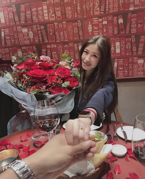 Màn cầu hôn lãng mạn của Nguyễn Văn Dũng dành cho Vóc Đỗ dưới ánh nến và hoa hồng.