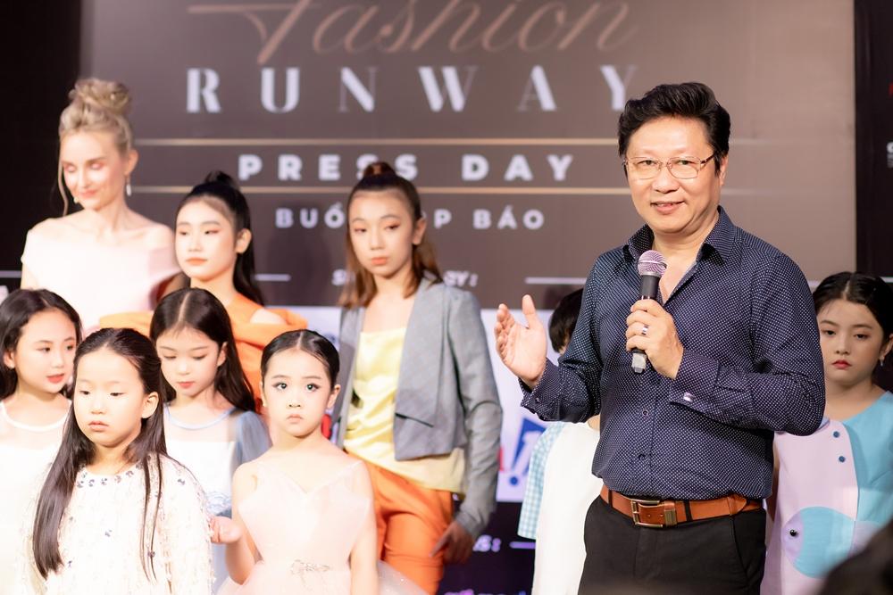 Tôi dự kiến tổ chức show riêng để ra mắt bộ sưu tập áo dài đầu tiên dành riêng cho trẻ em. Nhưng khi biết được ý nghĩa và quy mô của chương trình Sàn diễn Thời trang Quốc tế 2021, tôi quyết định đồng hành và trình làng những sáng tạo của mình, Sĩ Hoàng phát biểu.