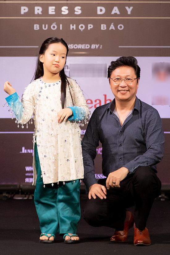 Nhà thiết kế Sĩ Hoàng bên cạnh một mẫu nhí diễn áo dài của anh. Bộ sưu tập sử dụng chất liệu cotton, tạo độ thoáng mát phù hợp với các em thiếu nhi.