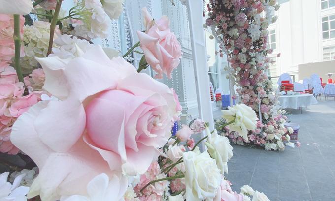 Tổng chi phí bao gồm nhà rạp, hoa tươi, hệ thống âm thanh, ánh sáng của siêu đám cưới khoảng 2 tỉ đồng. Hôn lễ tối nay cũng sẽ có sự góp mặt của nhiều ca sĩ nổi tiếng.