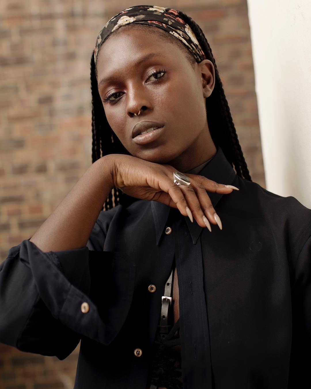 Jodie có bố mẹ là người Jamaica nhưng sinh ra và lớn lên ở Anh.