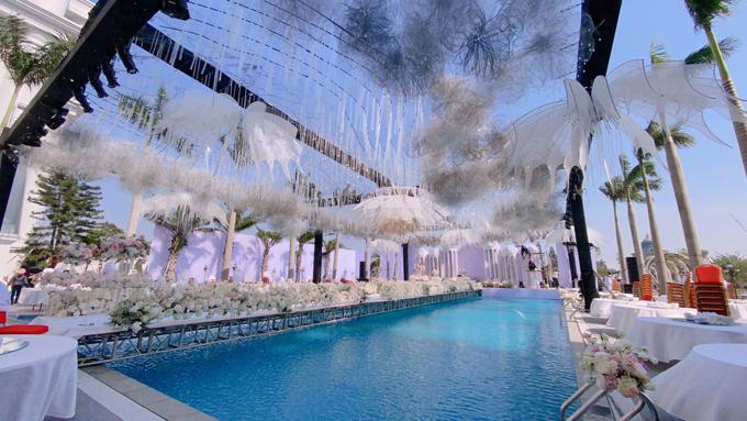 Ekip đã mất tới 5 ngày chỉ để bắc giàn, dựng khung sân khấu cùng đường dẫn. Xung quanh rạp cưới được quây bằng chất liệu trong suốt vừa để chắn gió rét đảm bảo giữ sức khỏe cho khách mời vừa tăng thẩm mỹ cho không gian tiệc. Hàng ngàn đám mây nhỏ và 50.000 viên pha lê kết thành chuỗi được treo thả từ trần của rạp cưới.