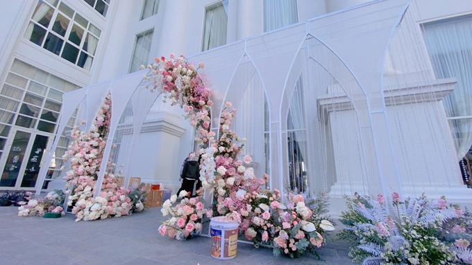 Cổng hoa được dựng bên ngoài khách sạn mở ra con đường cổ tích dẫn vào khu vực chính tiệc.