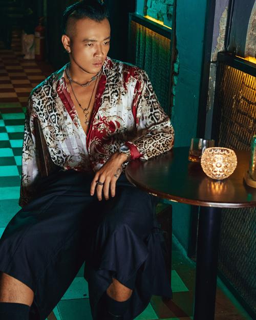 Sơ mi lụa với tông màu bắt mắt được mix cùng quần suông ống rộng mang lại nét tư do cho người mặc.